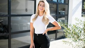 Para Anna Victoria, fundadora de Fit Body Guide, quien recientemente lanzó la aplicación Body Love, aprendió sobre los estándares de belleza socialmente construidos en diferentes países esto ayudó a abrir sus ojos a su propia belleza natural.