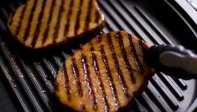 Cocina el bistec de jamón adobado aproximadamente 4 minutos por cada lado, volteándolo sólo una vez.