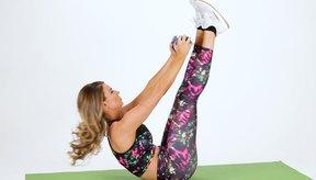Hacer una V con tu cuerpo y piernas dobladas o estiradas es un ejemplo perfecto de un movimiento compuesto.
