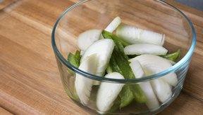 Cocina los pimientos y las cebollas en el microondas con agua o caldo.