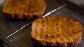 Retira la carne del fuego y colócala en una bandeja para que repose durante unos minutos.