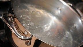 Hierve el agua y agrega una pizca de sal para mejorar el sabor de los spaghetti.