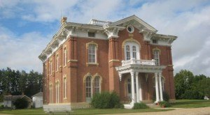 These 17 Unique Houses In Iowa Will Make You Look Twice … And Want To Go In