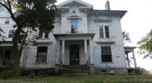 10 Creepy Houses In Illinois That Could Be Haunted
