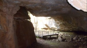 Hiking To This Aboveground Cave In Kansas Will Give You A Surreal Experience