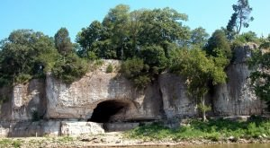 Hiking To This Aboveground Cave In Illinois Will Give You A Surreal Experience