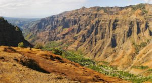 The Unrivaled Canyon Hike In Hawaii Everyone Should Take At Least Once