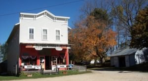 This Charming Iowa Town Is Picture Perfect For An Autumn Day Trip