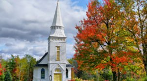 The Chapel In New Hampshire That's Located In The Most Unforgettable Setting