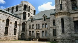 A Terrifying Tour Of This Haunted Prison Near Cleveland Is Not For The Faint Of Heart