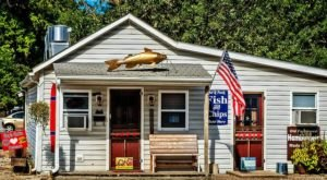 This Kitschy Cabin In Missouri Serves The Most Mouthwatering Seafood
