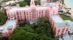 Most People Don't Know The Fascinating Story Behind Hawaii's Legendary Pink Hotel