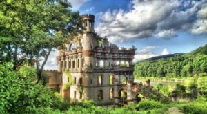 The Scenic Boat Tour That Takes You Straight To An Abandoned Castle In New York