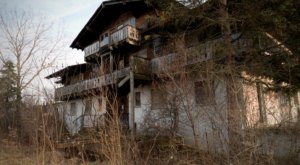 This Abandoned Midwest Ski Lodge Is Decaying In The Mountains