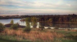 The One Hikeable Lake In Nebraska That's Simply Breathtaking In The Fall