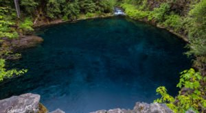 The Sapphire Natural Pool In Oregon That's Devastatingly Gorgeous