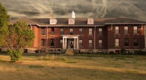 This Ghost Hunt In A Former Iowa Asylum Isn't For The Faint Of Heart