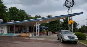 This Vermont Restaurant That Used To Be A Gas Station Has The Beachiest Vibe Ever