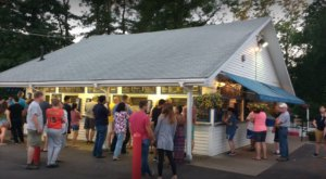 The Ice Cream Parlor In New Hampshire That's So Worth Waiting In Line For