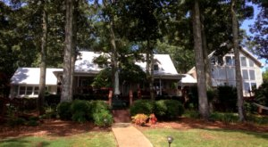 Visit This Lakeside Bed And Breakfast In Alabama For A Peaceful Getaway