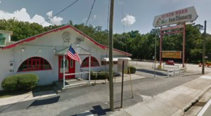This Old-School Florida Restaurant Serves Chicken Dinners To Die For