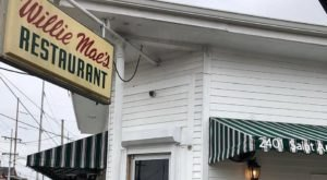 This Old-School Restaurant In New Orleans Serves Chicken Dinners To Die For