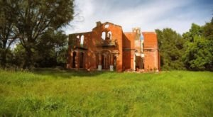 10 Staggering Photos Of An Abandoned Mansion Hiding In Mississippi