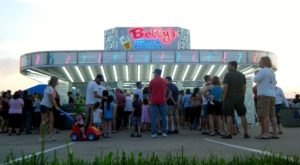Locals Don't Mind Waiting In Line For The Fresh Frozen Custard At This Illinois Stand