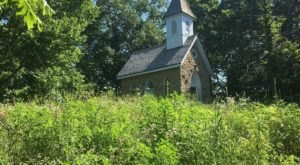 For An Easy Hike In Iowa That's Less Than A Mile And Takes You To An Old Church, Check Out Pine Chapel Trail