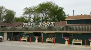 Find Every Dish Under The Sun At Toot-Toot Restaurant, A Small Town Buffet That'll Leave You Stuffed