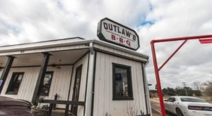 The Coziest Place For A Winter Louisiana Meal, Outlaw's BBQ, Is Comfort Food At Its Finest