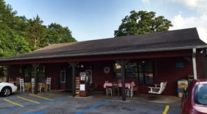 Southern Farm Table Restaurant & Bakery Is An All-You-Can-Eat Buffet In Alabama That's Full Of Southern Flavor