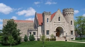 There's A Castle In Ohio That's Also A Library And It's A Bookworm's Happy Place