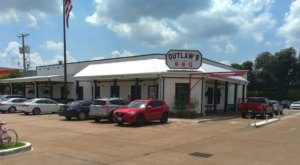 Roll Up Your Sleeves And Feast On Delicious BBQ At Outlaw's In Louisiana