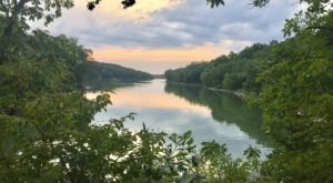 Follow The Lake On This Simple 6.8-Mile Hike Through The Woods In Missouri