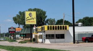 Sneaky's Is A Hole-In-The-Wall In Iowa With Some Of The Best Fried Chicken In Town