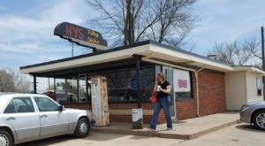 Hy's Old Filling Station Serves Up Fresh Burgers At A Nostalgic Spot In Kansas