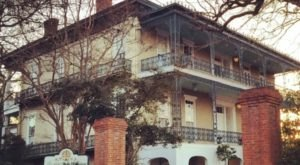 Stay Overnight In A 164-Year-Old Inn That's Said To Be Haunted At Duff Green Mansion In Mississippi
