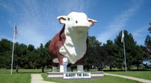 8 Roadside Attractions And Quirky Sights That Every Iowan Should Add To Their Bucket List