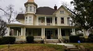 Alabama's Mistletoe Bough Is A Charming Bed And Breakfast That's Perfect For A Christmas Getaway