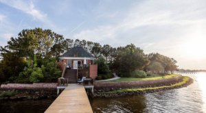 This Waterfront Bungalow Might Just Be One Of The Coziest Rental Houses In Virginia
