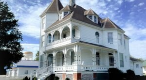 Stay The Weekend At A Historic Bed And Breakfast Built In 1895 At The Victorian On Main In Illinois