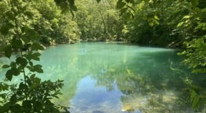 There's An Emerald Sinkhole In Missouri That's Too Beautiful For Words