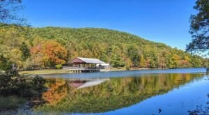 The One Hikeable Lake In Georgia That's Simply Breathtaking In The Fall