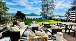 This Lavish Lakefront AIrbnb In Washington Is Located In A Surprising Spot