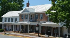 The Historic Wayside Inn In Virginia Is Notoriously Haunted And We Dare You To Spend The Night