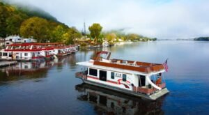 Not Many People Know That You Can Take A Week-Long Houseboat Cruise Along The Mississippi In Iowa