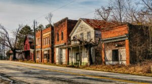 The Virginia Ghost Town That's Perfect For An Autumn Day Trip