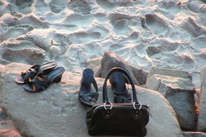 How to Recognize a Stone Mountain Handbag