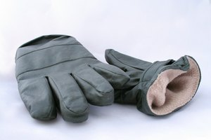 How to Make Heated Gloves Using a Microwave
